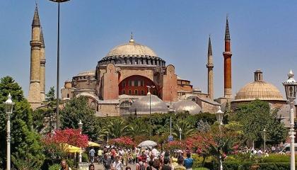 وصفها بــ«آثار الفحش».. جامعي تركي يدعو لإزالة رموز «آيا صوفيا» القبطية