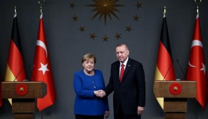 أردوغان يهاتف أنجيلا ميركل لبحث تطور الملف الليبي