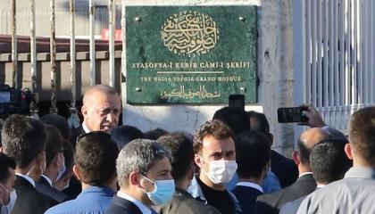 أردوغان علق اللافتة وجرَّب «نظام الصوت».. «آيا صوفيا» جاهز لأداء الجمعة