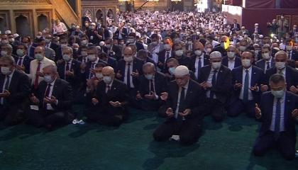 صفوف الصلاة الأولى بـ«آيا صوفيا» تكشف «صراع الأجنحة» في دولة أردوغان