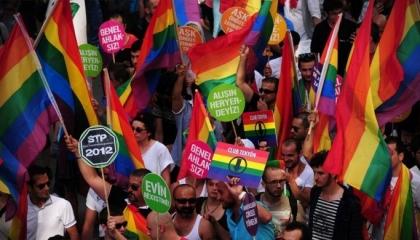 محكمة تركية ترفع الحظر عن وقفات المثليين: ينافي حقوق الإنسان