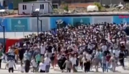 تجاهلوا كورونا.. آلاف الأتراك يتكدسون بميناء كاراباش للتنزه بجزيرة الأميرات