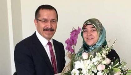 رئيس جامعة تركية يرفض جميع المتقدمين لوظيفة مرموقة ويهديها لزوجته