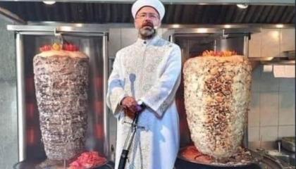 الأتراك يسخرون من حمل إمام آيا صوفيا السيف دائمًا: دعوة للحرب أم للشاورما؟!