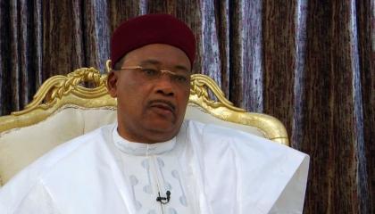 رئيس النيجر يستقبل رئيس القيادة العامة للجيش الليبي برفقة وفد من الشيوخ