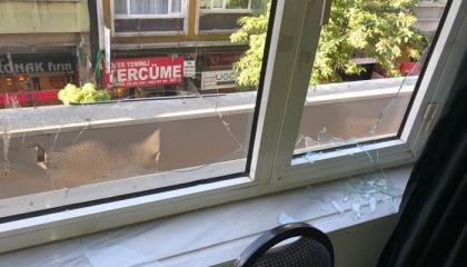 وقفة احتجاجية لأعضاء «الشعوب» التركي بعد الهجوم على مقر الحزب بإسطنبول