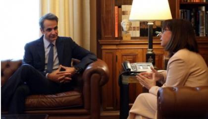 ميتسوتاكيس يناقش رئيسة اليونان حول التطورات الأخيرة بالمتوسط