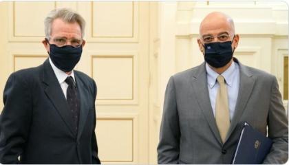 وزير الخارجية اليوناني يلتقي سفير واشنطن لمناقشة انتهاكات تركيا بالمتوسط