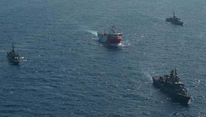 بالصور... القوات  البحرية التركية ترافق سفينة «أوروتش ريس» في المتوسط