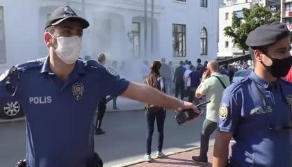 (فيديو).. بائع شاي تركي يحرق نفسه أمام محافظة بورصة وهو يردد: «أطفالي جوعى»