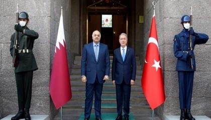 بالصور... وزيرا دفاع قطر وتركيا يصلان طرابلس في زيارة غامضة