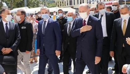 بالصور.. أردوغان يؤدي الصلاة في مسجد «السلطان أيوب» قبل الإعلان عن «بشراه»