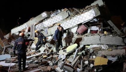 بالفيديو.. زلزال عنيف بقوة 4.9 ريختر يضرب مدينة مالطيا التركية