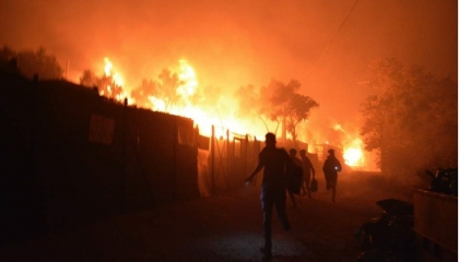 بالصور.. حريق في أكبر مخيم للاجئين في اليونان وفرار نحو 13 ألف شخص