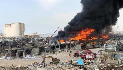 اندلاع حريق هائل في مرفأ بيروت