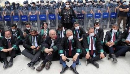 محكمة تركية تقر حبس 14 محاميًا