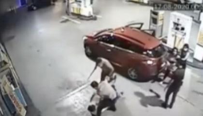 بالفيديو.. حراس الليل يعتدون بالضرب على شابين تركيين بسبب الكمامة
