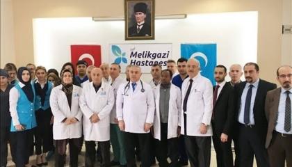 أطباء تركيا يرتدون شارات سوداء للتنبيه بخطر تصاعد كورونا