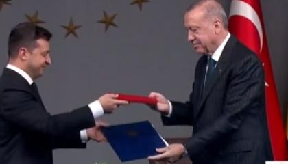 أردوغان يوقع اتفاقًا عسكريًا مع أوكرانيا.. وأنقرة تتكتم على التفاصيل