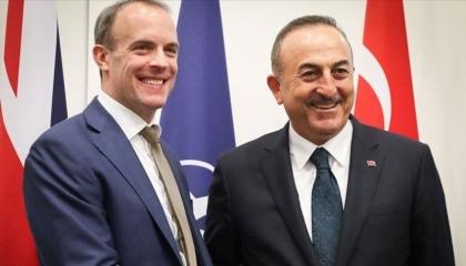 وزير الخارجية التركية يبحث مع نظيره الإنجليزي أزمة كاراباخ
