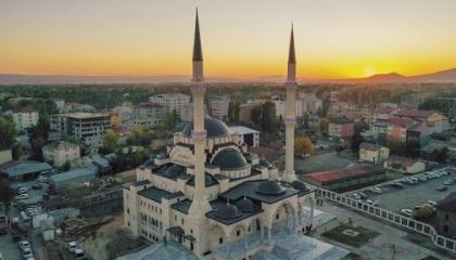 بالصور.. أردوغان يطلق اسمه على أضخم مسجد بمدينة أغري التركية