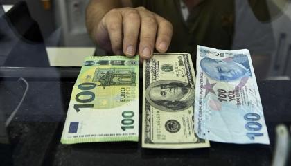 «بلومبرغ» تتوقع: البنك المركزي التركي لن ينجح في إنقاذ الليرة
