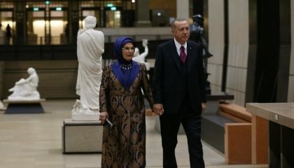 الأتراك يفضحون أردوغان وزوجته.. بضائع فرنسا حلال لهما وحرام على الشعب