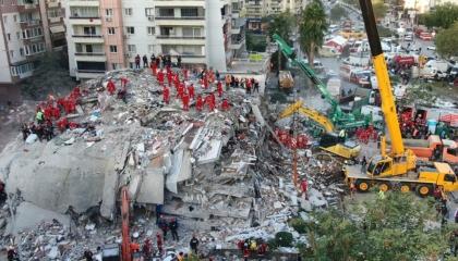 كارثة إزمير تُعيد الاتهامات لحكومة أردوغان بالاستيلاء على «ضرائب الزلازل»