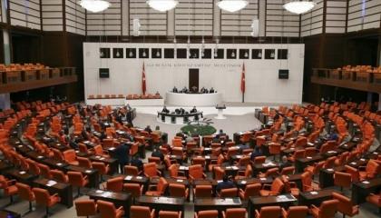 أعضاء البرلمان التركي يهاجمون بعضهم.. 22 طلب رفع حصانة ضد 18 نائبًا