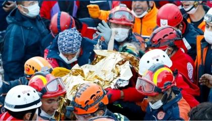 بالفيديو.. إنقاذ طفلة قضت 65 ساعة تحت أنقاض زلزال إزمير
