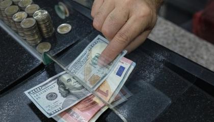 الليرة تواصل نزيفها أمام العملات الأجنبية.. الدولار بـ8.43 واليورو بـ9.83