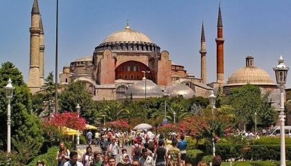 مسجد «آيا صوفيا» التركي يرفع علم «طالبان» على صوت التكبيرات
