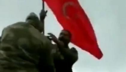 جنود الجيش الأذربيجاني يرفعون العلم التركي في كاراباخ
