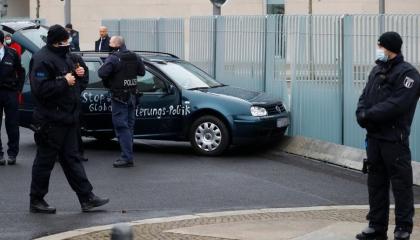 سيارة مجهولة تقتحم بوابة «ديوان ميركل» في العاصمة الألمانية