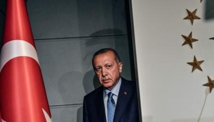 أردوغان يجبر فتيات تركيا على التعري في السجون.. شاهد الفيديو
