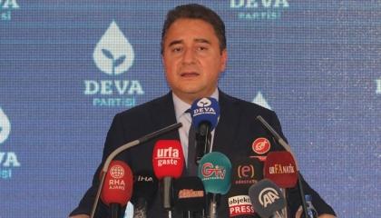 باباجان يطالب التليفزيون التركي بوضع إشعار «+ 18» على أحاديث حليف أردوغان