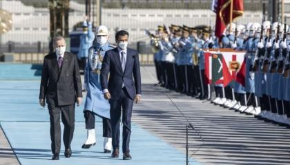 أمير قطر ينحني للعلم التركي في أنقرة.. شاهد الفيديو
