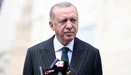 أردوغان يهاجم ماكرون مجددًا: أخرق يتصرف بحماقة