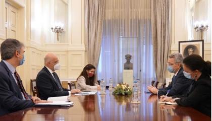 العقوبات ضد تركيا تجمع وزير الخارجية اليوناني والسفير الأمريكي في أثينا