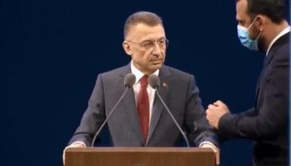 نائب أردوغان يفقد توازنه على منصة «الأمن الإلكتروني» بسبب الضغط (فيديو)