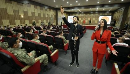فيديو.. فنانون أتراك يحتفلون بجنود الاحتلال في طرابلس بحضور قيادات الوفاق