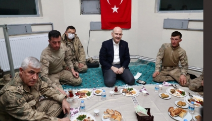 صورة اليوم.. جنود أتراك يستقبلون صويلو بزي عسكري بلا أحذية بمنطقة حدودية