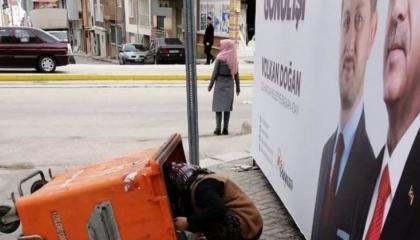 الأتراك يلجأون لـ«مخلفات الأسواق» بسبب الفقر