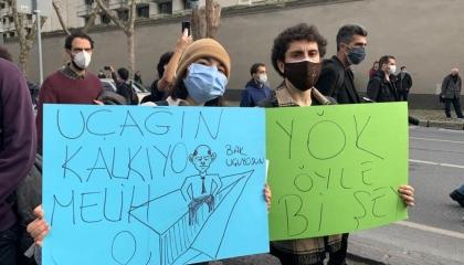 صورة اليوم في تركيا.. الطلاب يطردون وصي أردوغان على متن «طائرة ورقية»