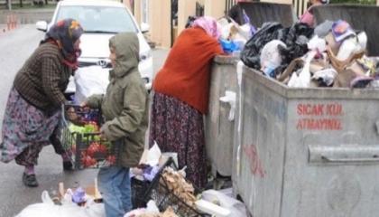 الأتراك يتنافسون على صناديق القمامة للظفر بالبصل الفاسد