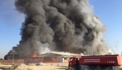 حريق بمستودع الخدمات اللوجيستية في شانلي أورفا بشرق تركيا