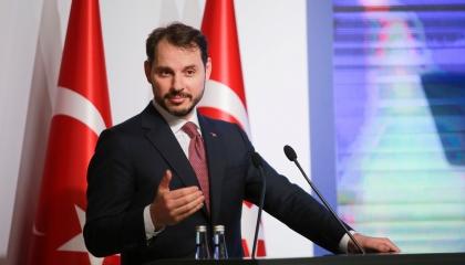 «لصوص القصر».. كيف أدخل بيرات البيرق الاقتصاد التركي نفقًا مظلمًا؟