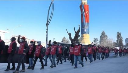 «لن نموت من الجوع».. شعار مسيرة عمال المعادن بمدينة تشوروم التركية