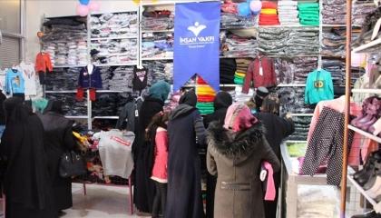مؤسسة «الإنسان» الوقفية التركية توزع ملابس شتوية في إدلب السورية