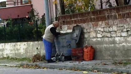 جنون الأسعار في تركيا.. بالفيديو: مواطن يجمع الخضار والفاكهة من القمامة